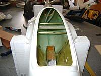 Name: DSC00620.jpg Views: 355 Size: 34.9 KB Description: tubos de lat�n que atraviesan todo el fuselaje y sirven de guia a las barras de acero antipivotes, n�tese el tren de aterrizaje ya colocado