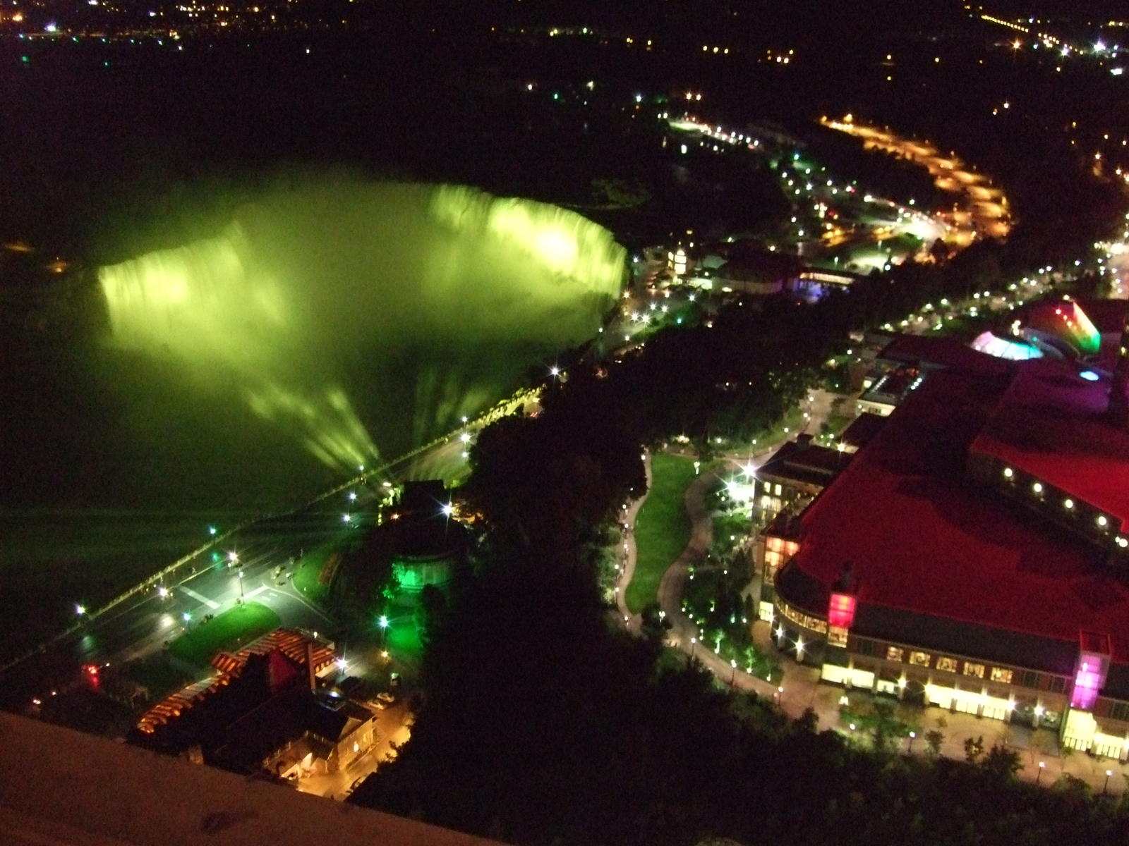 The mighty horse Shoe falls at night from the tower.