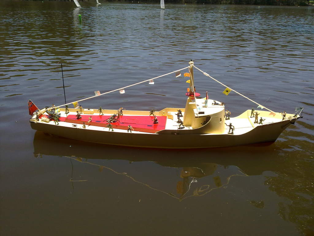 this is my rc boat i had at the boondall rc boat club to day it was good to see the sun as well