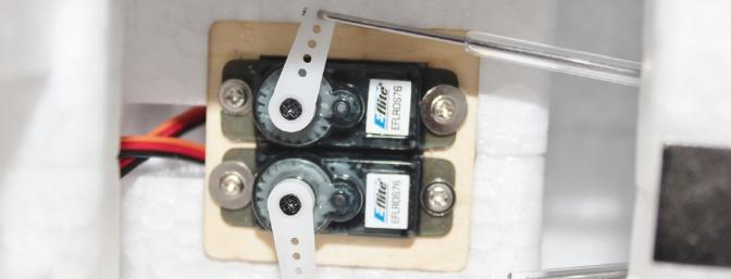 The mounted rudder/elevator servos. I later replaced the two screws with the wide flanges as they were for the wing struts.