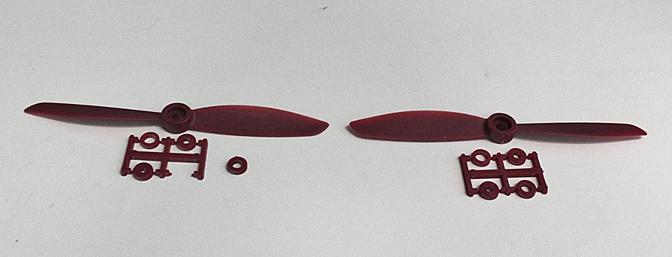 The two red propellers close-up.