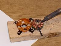 Name: 100_0224.jpg Views: 603 Size: 84.2 KB Description: para quitar el alambre, que tambi�n tiene goma, primero se calienta.