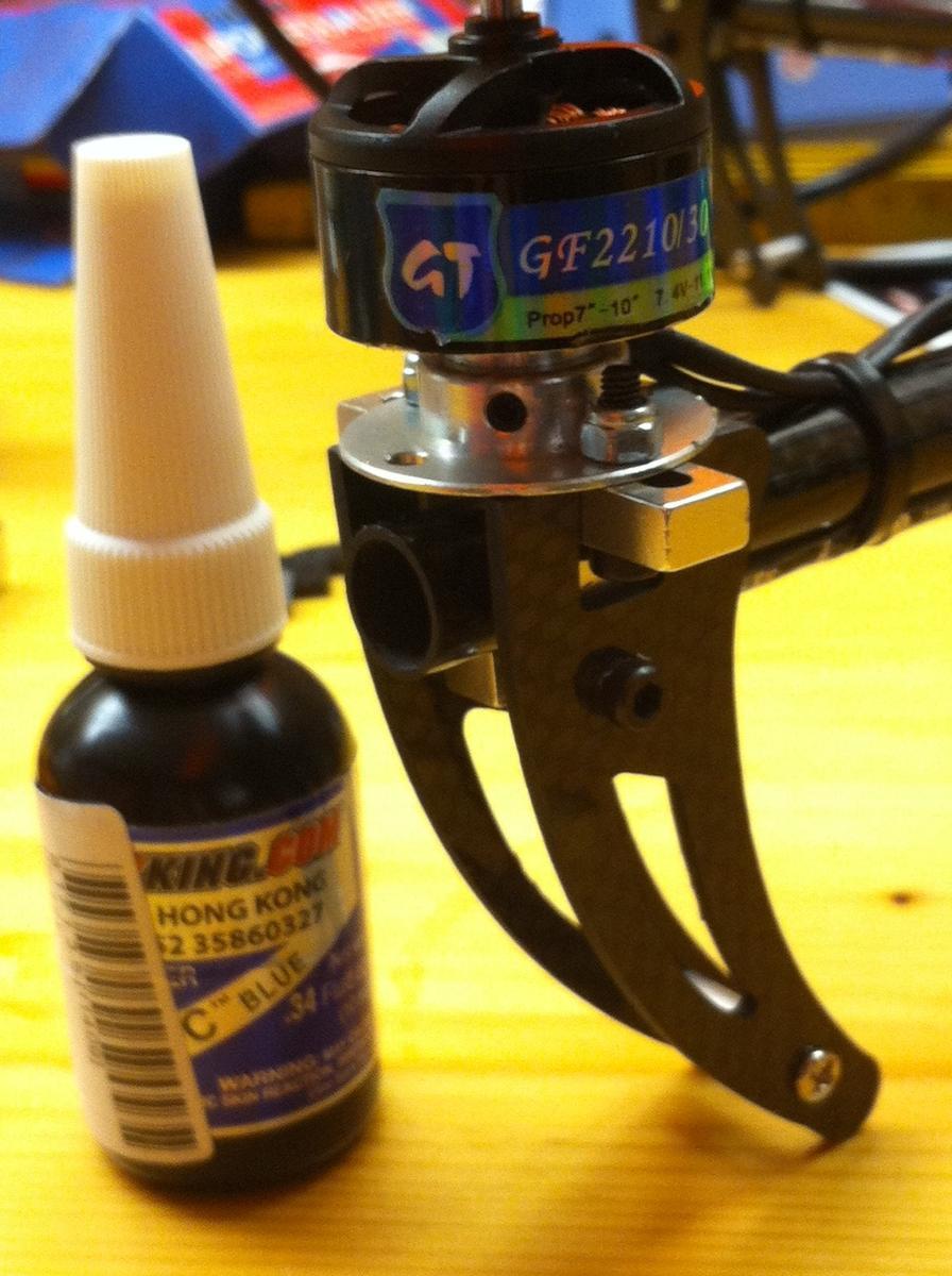 Name: Motor_Madenschrauben.jpg Views: 157 Size: 121.0 KB Description: Motor mit Fixierlack. Die Madenschraube ist etwas oberhalb der Bildmitte.