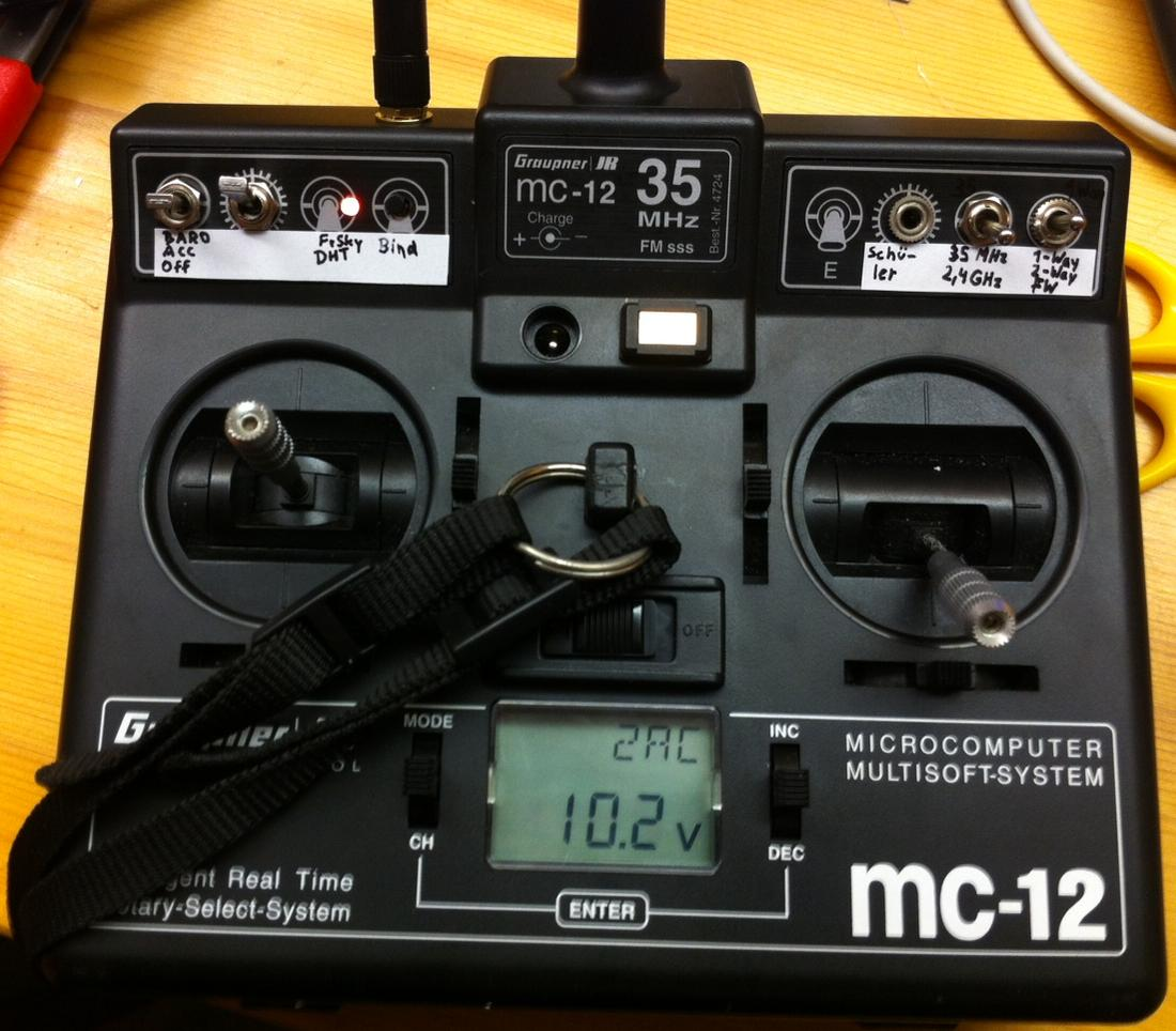 Name: Graupner_MC-12.jpg Views: 277 Size: 125.8 KB Description: Graupner MC-12 mit Sch�lerbuchse zum Anschluss an die serielle Schnittstelle des PC, 2 Schalter (Kanal 5 + 6) und FrSKy DHT 2,4Ghz Modul, umschaltbar auf 35Mhz.