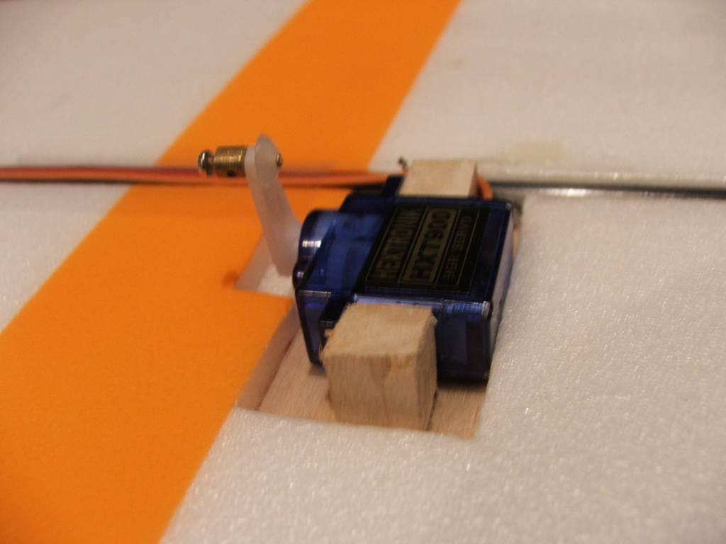 Name: DSCF4024.jpg Views: 362 Size: 39.9 KB Description: The servo in place, secured with screws through opposite side.