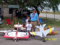 Name: 100_2035.jpg Views: 226 Size: 138.0 KB Description: Alejandro Garcia Martinez, con sus dos hijos y un twist 60 y un f-14 tomcat