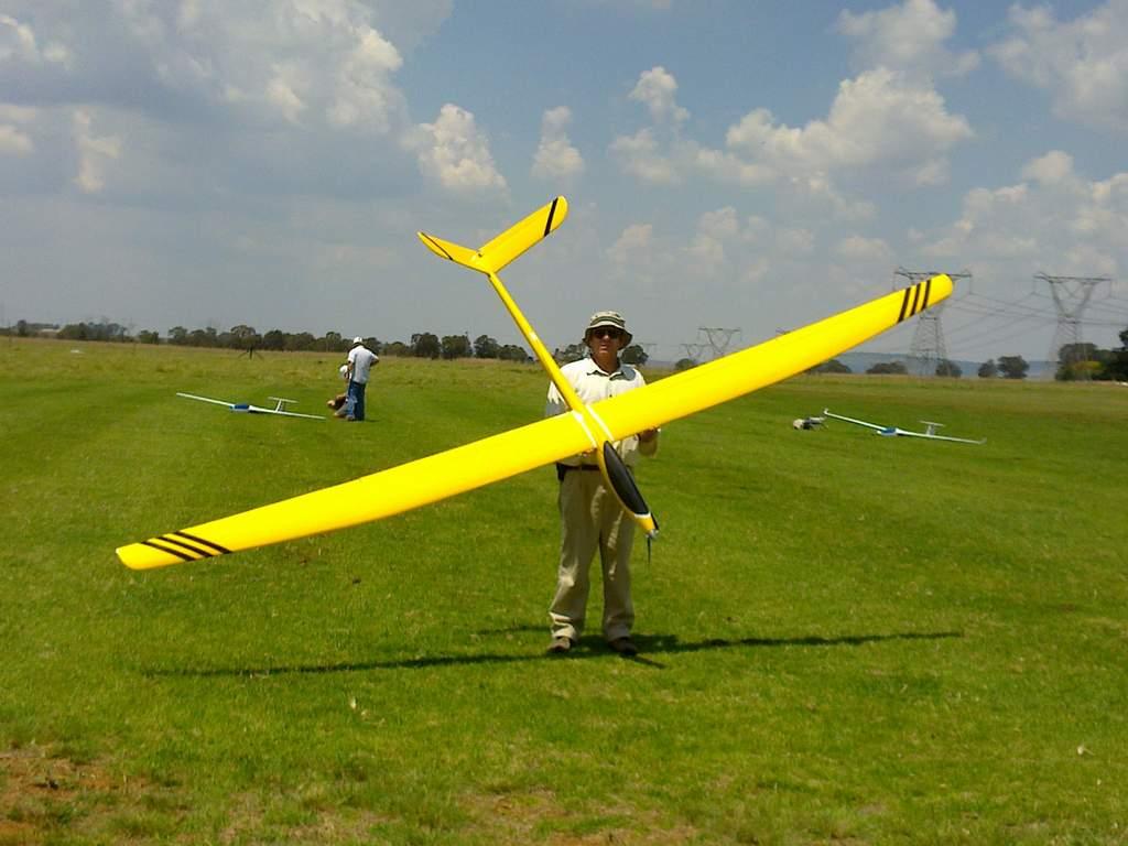 Name: Vertigo electric Bow 026.jpg Views: 436 Size: 71.4 KB Description: Its nice having a flying buddy who has a mown grass farm, to fly on.