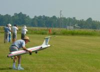 Name: DSC_0218 es.jpg Views: 107 Size: 93.9 KB Description: Dave Graben recovering his plane while Keith lands.