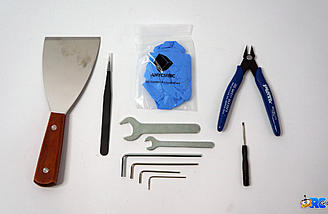 Nice set of tools and accessories included in the box
