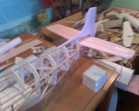 Name: moto_0402.jpg Views: 121 Size: 68.5 KB Description: ya esta colocado el timon de direccion y de profundidad hechos en depron con unas barillas de madera pára reforsar la estructura