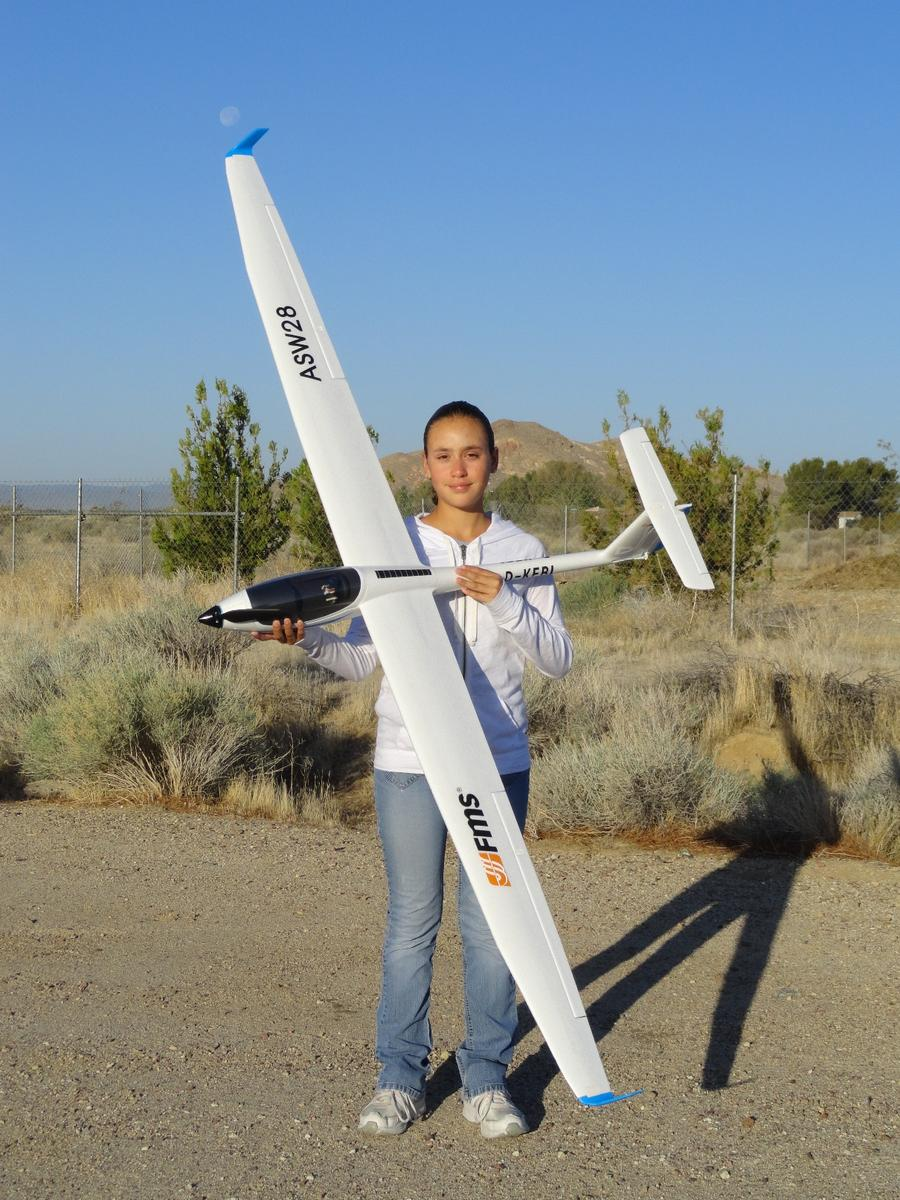 Name: FMS ASW28 010.jpg Views: 1,172 Size: 167.8 KB Description: RC Pilot Evelyn holding the new FMS ASW28