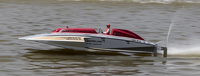 The Zippkits prototype Thunderboat on the course