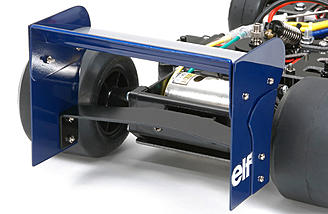 The large-sized rear wing panels seen at the Japanese GP is faithfully reproduced