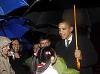 Name: obama3.jpg Views: 188 Size: 37.0 KB Description: A girl presents a bouquet to US President Barack Obama after he arrives at Shanghai Pudong International Airport on Nov. 15, 2009.