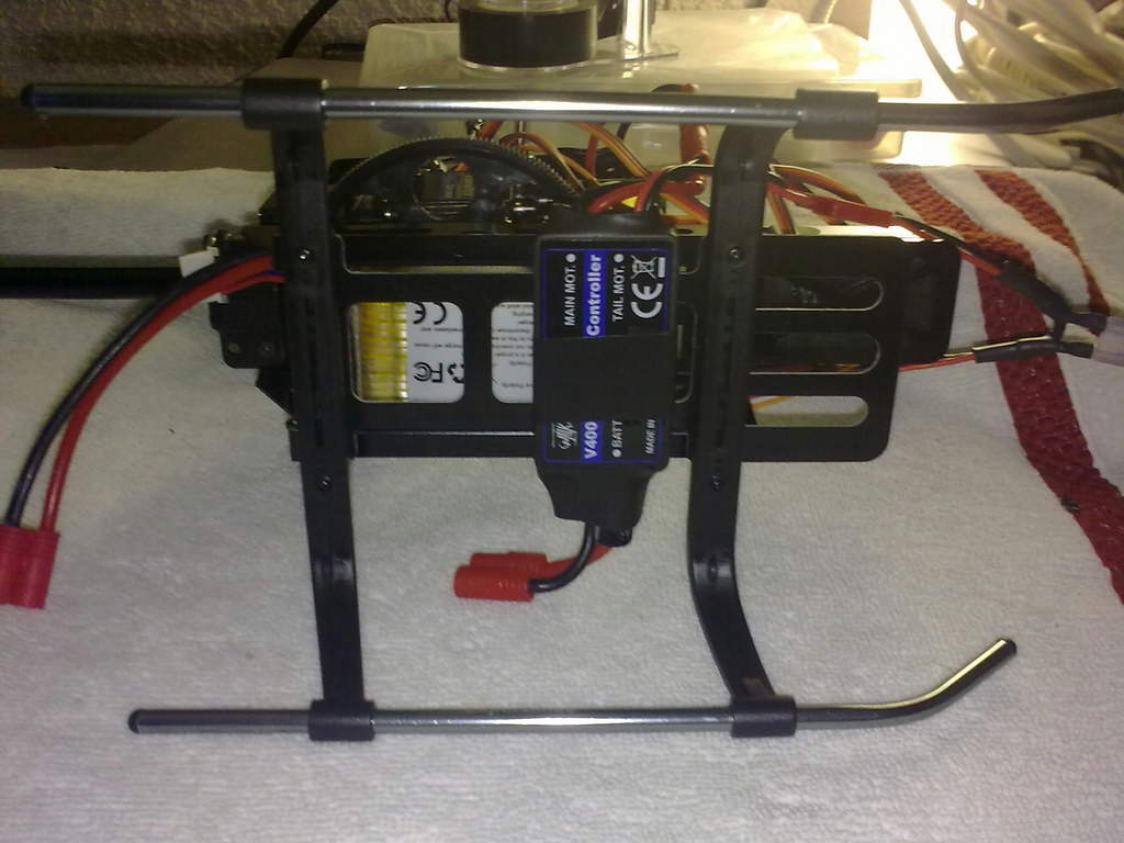 Name: 04032011355.jpg Views: 416 Size: 69.1 KB Description: ESC attached to the lower CF battery try with electrical tape. Keeping the motor plugs on the right side.