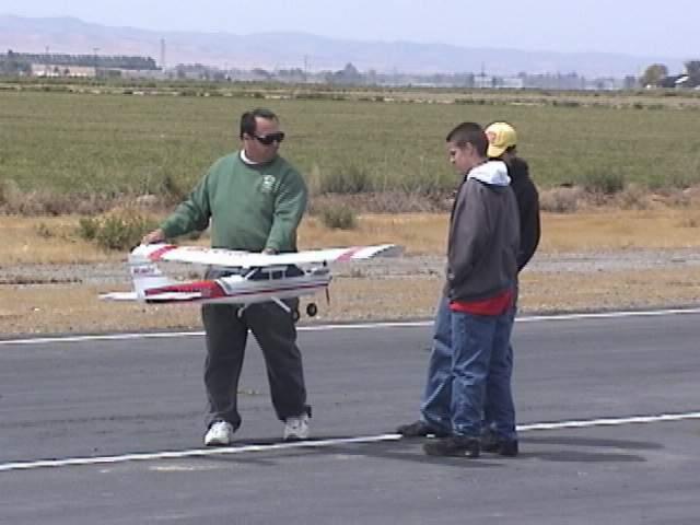 Name: jeffholdingplane.jpg Views: 1,342 Size: 31.5 KB Description: Jeff explaining ground safety.