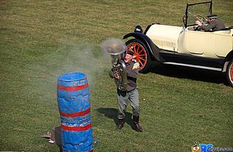 That guys a smokin hot tuba player!