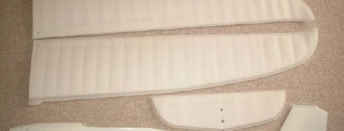 The wing halves and horizontal stab are delivered in foam covers.
