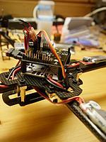 Name: quadcopter5.jpg Views: 56 Size: 216.7 KB Description: Ansicht von rechts. Die Stecker für die ESCs sind mit kleinen Schildern versehen damit sie nicht so leicht verwechselt werden.