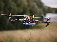 Name: quadcopter13.jpg Views: 151 Size: 154.5 KB Description: Im Flug. Unten baumelt derzeit das Kabel der 35Mhz-Antenne