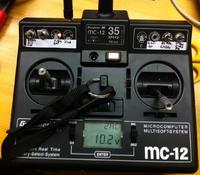 Name: Graupner_MC-12.jpg Views: 431 Size: 125.8 KB Description: Graupner MC-12 mit Schülerbuchse zum Anschluss an die serielle Schnittstelle des PC, 2 Schalter (Kanal 5 + 6) und FrSKy DHT 2,4Ghz Modul, umschaltbar auf 35Mhz.